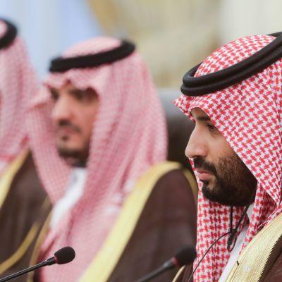 Washington Postin tietojen mukaan syytteessä olevat miehet saivat tietoja Saudi-Arabian kruununprinssiltä Mohammed bin Salmanilta (oik.).