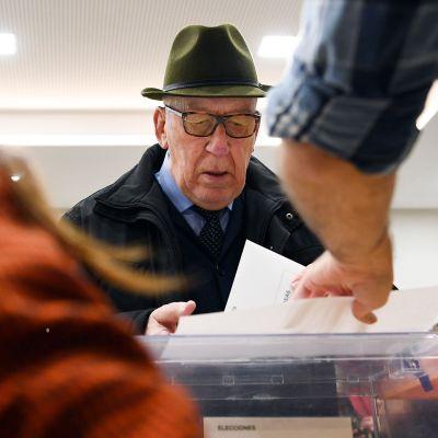 Mies äänestämässä Madridissa 10. marraskuuta.