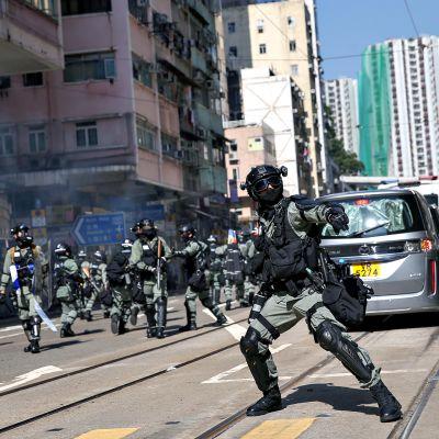 Poliisi heittää kyynelkaasukranaatin Hongkongissa maanantaiaamuna 11. marraskuuta 2019.