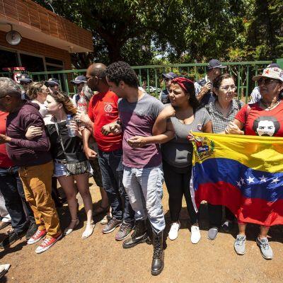 Nicolas Maduron kannattajat osoittavat mieltään Venezuelan Brasilian-suurlähetystön edessä.
