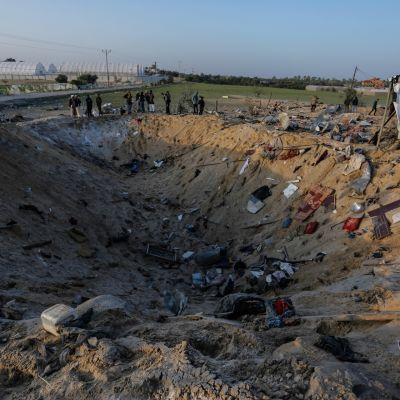 Alkuviikosta tehdyn ohjusiskun jälkiä Gazassa.