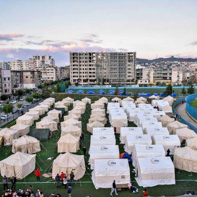 Maanjäristyksessä kotinsa menettäneitä hätämajoituksessa Durres-nimisen kaupungin jalkapallostadionille pystytetyissä valkoissa teltoissa 27. marraskuuta 2019.