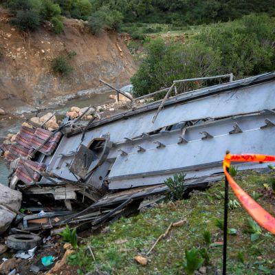 Rotkoon syöksyneen bussin jäänteet Tunisiassa. Onnettomuudessa kuoli ainakin 24 ihmistä.