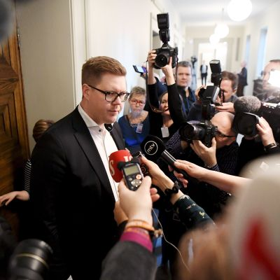 SDP:n Antti Lindtman puhuu medialle kun hän on menossa eduskuntaryhmän kokoukseen keskustelemaan pääministeri Antti Rinteen luottamuksesta eduskunnassa.
