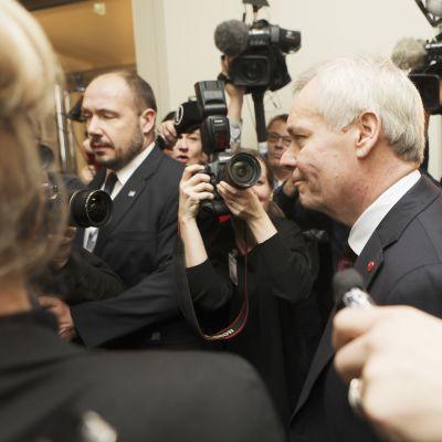 Antti Rinne saapumassa SDP:n kriisikokoukseen eduskunnassa 3. joulukuuta.