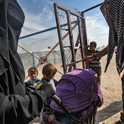 Naisia ja lapsia Al-Hol leirillä.