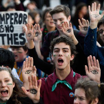 Ihmiset osoittivat mieltään ilmaston suojelemisen puolesta YK:n ilmastokokouksen COP25 yhteydessä Madridissa 13. joulukuuta.