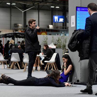 Ilmastokokouksen osallistujia kuvattuna COP25-tapahtumassa Madridissa 13. joulukuuta.