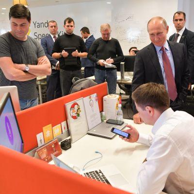 Arkistokuva. Venäjän presidentti Vladimir Putin vieraili venäläisen tietotekniikkajätin Yandexin toimistolla Moskovassa syyskuussa 2017.