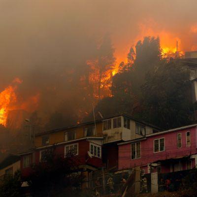 Asuinalue palaa Rocuantin kaupunginosassa Valparaisossa, Chilessä.