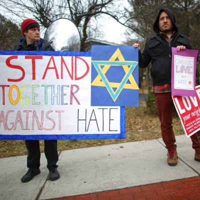 Ihmisiä osoittamassa tukea lähellä rabbin kotia, johon puukkomies iski Monseyssä, New Yorkin osavaltiossa.
