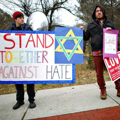 Ihmisiä osoittamassa mieltään juutalaisyhteisön puolesta New Yorkissa 29. joulukuuta 2019.