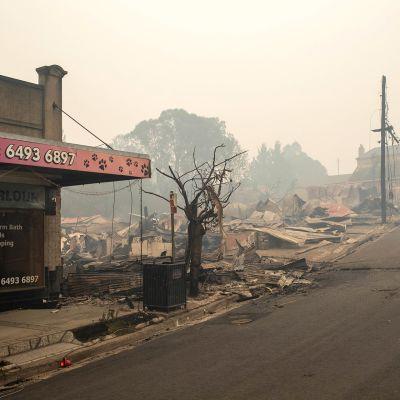 Tulipalossa tuhoutuneita rakennuksia Cobargossa, Uudessa Etelä-Walesissa keskiviikkona.