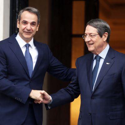 Kreikan pääministeri Kyriakos Mitsotakis ja Kyproksen pääministeri Nicos Anastasiades tapasivat Máximoksen huvilassa Ateenassa torstaina.