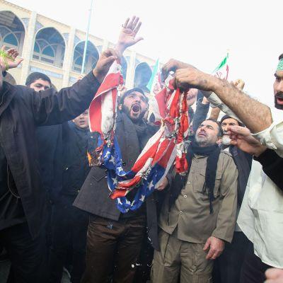 Iranilaiset osoittivat mieltään Yhdysvaltoja vastaan Teheranissa 3. tammikuuta.