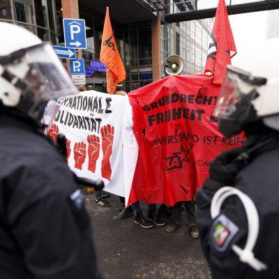 Mielenosoitus WDR-yleisradioyhtiön edustalla Kölnissä.