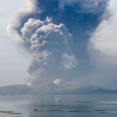 Taal tulivuori purkautuu.