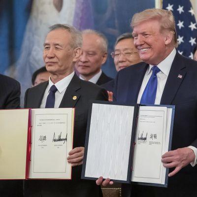 Donald Trump ja Liu He kauppasopimuksen allekirjoituksessa.