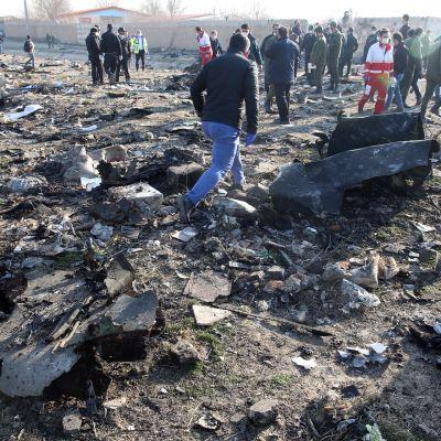 Iranissa pudotetun ukrainalaiskoneen jäänteitä.
