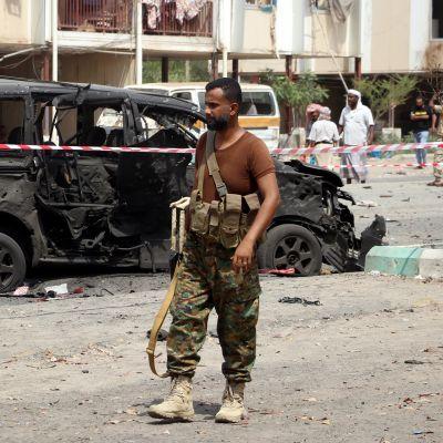 Jemeniläinen sotilas Adenin kaupungissa, jossa tehtiin autopommi-isku elokuussa 2019.