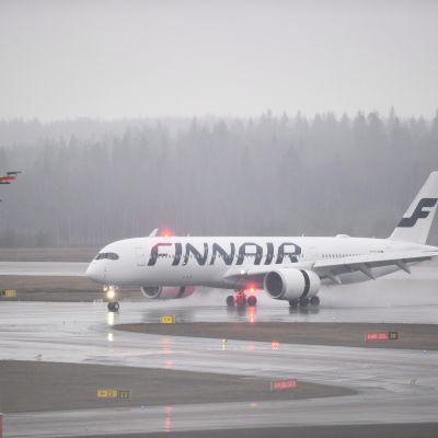 Finnairin lentokone Helsinki-Vantaan lentokentällä.