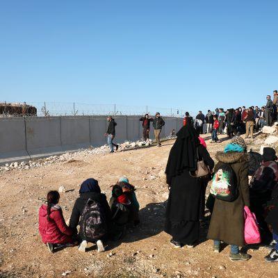 Idlibin alueelta paenneita siviilejä Syyrian ja Turkin välisellä raja-alueella.