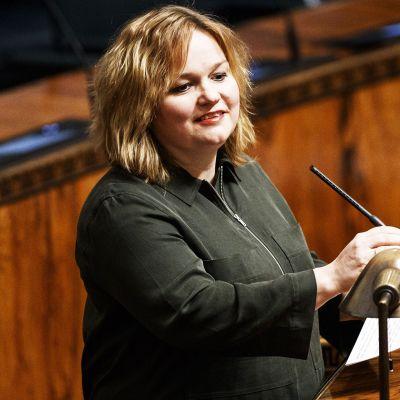 Perhe- ja peruspalveluministeri Krista Kiuru eduskunnan täysistunnossa.
