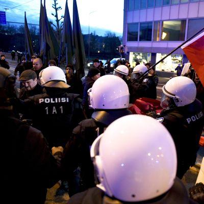 Poliisi poistaa hakaristilippuja - Poliisi pysäytti uusnatsien Kohti vapautta! -marssin Hakaniemessä Helsingissä itsenäisyyspäivänä 6. joulukuuta 2018.