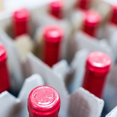 Laatikko viinipulloja.