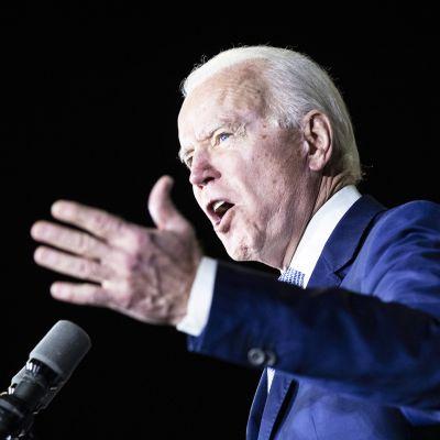 Joe Biden puhuu supertiistain vaalivalvojaisissa Los Angelesissa.