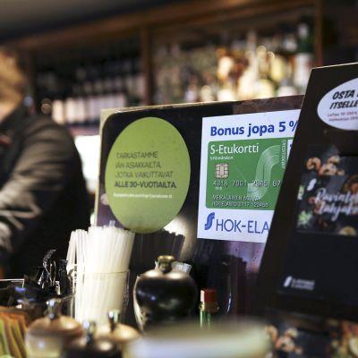 HOK-Elannon Vltava-ravintolan baaritiski Helsingissä
