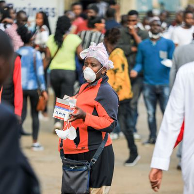Kenialainen katukaupustelija myy hengityssuojaimia ohikulkijoille 13. maaliskuuta.