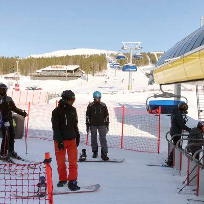 Laskettelijat jonottavat hiihtohissiin Levin etelärinteellä.