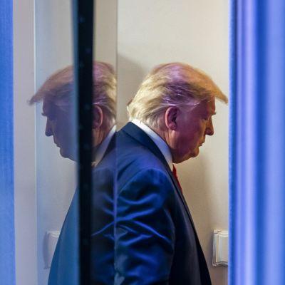 Donald Trump lehsitötilaisuuden jälkeen 21. maaliskuuta.