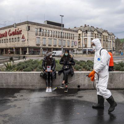 Työntekijä desinfioi katua Budapestissä Unkarissa 25. maaliskuuta