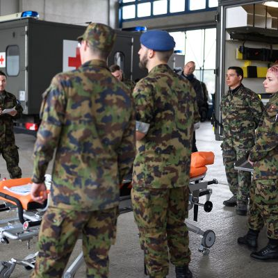 Sveitsin armeijan sotilaita koulutetaan avustustyöhön Bieressä.