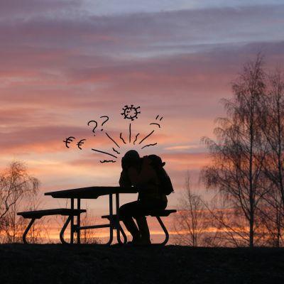 Ihminen istuu penkillä ja ajattelee, monia kysymyksiä ilmassa