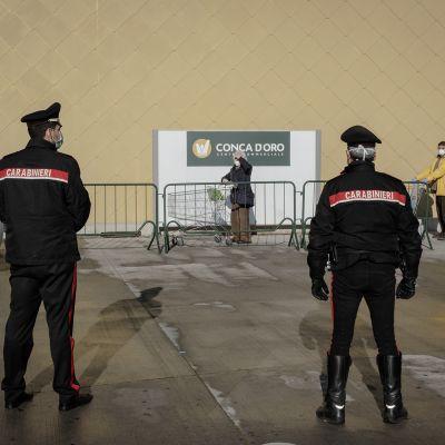 Poliisit ostoskeskuksessa.