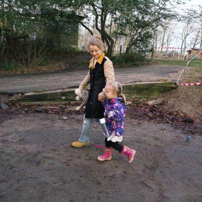 äiti ja lapsi kävelevät puistossa