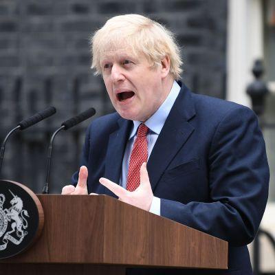 Boris Johnson puhumassa medialle pääministerin virka-asunnon edustalla Lontoossa maanantaina.