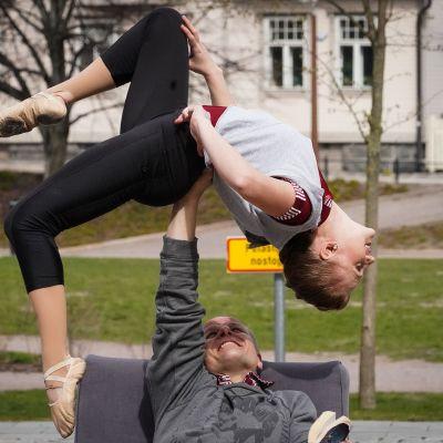 Kate & Pasi, sirkus, akrobatia