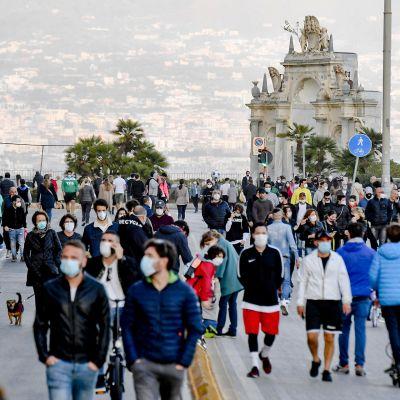 Ihmisiä ulkoilemassa Napolissa 2. toukokuuta.