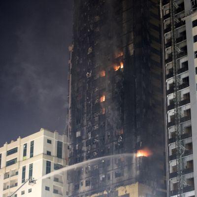 Uhkaava pilvenpiirtäjäpalo Arabiemiraateissa