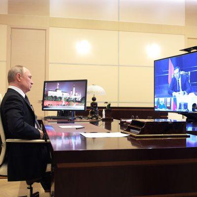 Presidentti Vladimir Putin videoneuvottelussa.
