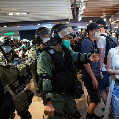 Poliisit tyhjensivät ostoskeskuksen Hongkongissa 10 toukokuuta.