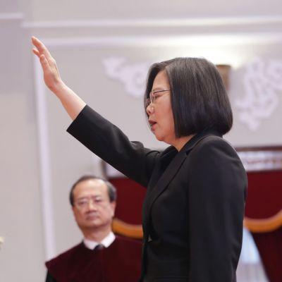 Taiwanin presidentti Tsai Ing-wen vannomassa virkavalaansa.