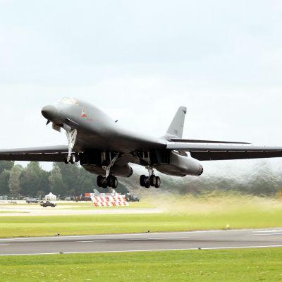 B-1B Lancer -pommikone nousee RAF:n Fairfordin lentotukikohdassa.