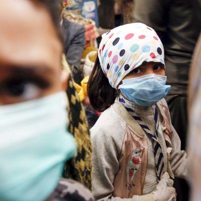 Jemeniläisiä lapsia kasvomaskiin suojautuneena 20. toukokuuta Sanaassa.