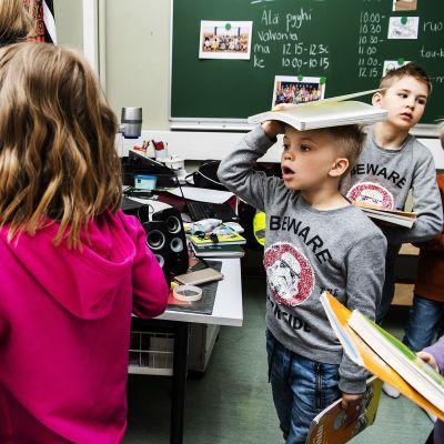 oppilaat palauttavat kirjojaan