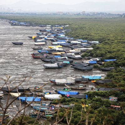 Rannalle vedettyjä kalastajaveneitä Uttanin kylän rannassa lähellä Mumbaita.